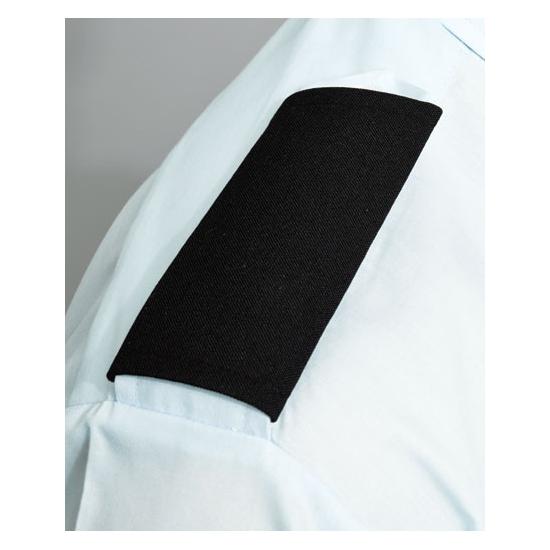 Schouder pats voor op een piloten overhemd