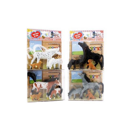Wit paard met veulen en hond